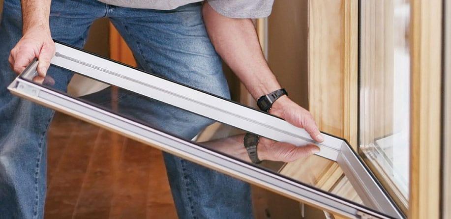 Замена разбитых стеклопакетов в деревянных окнах